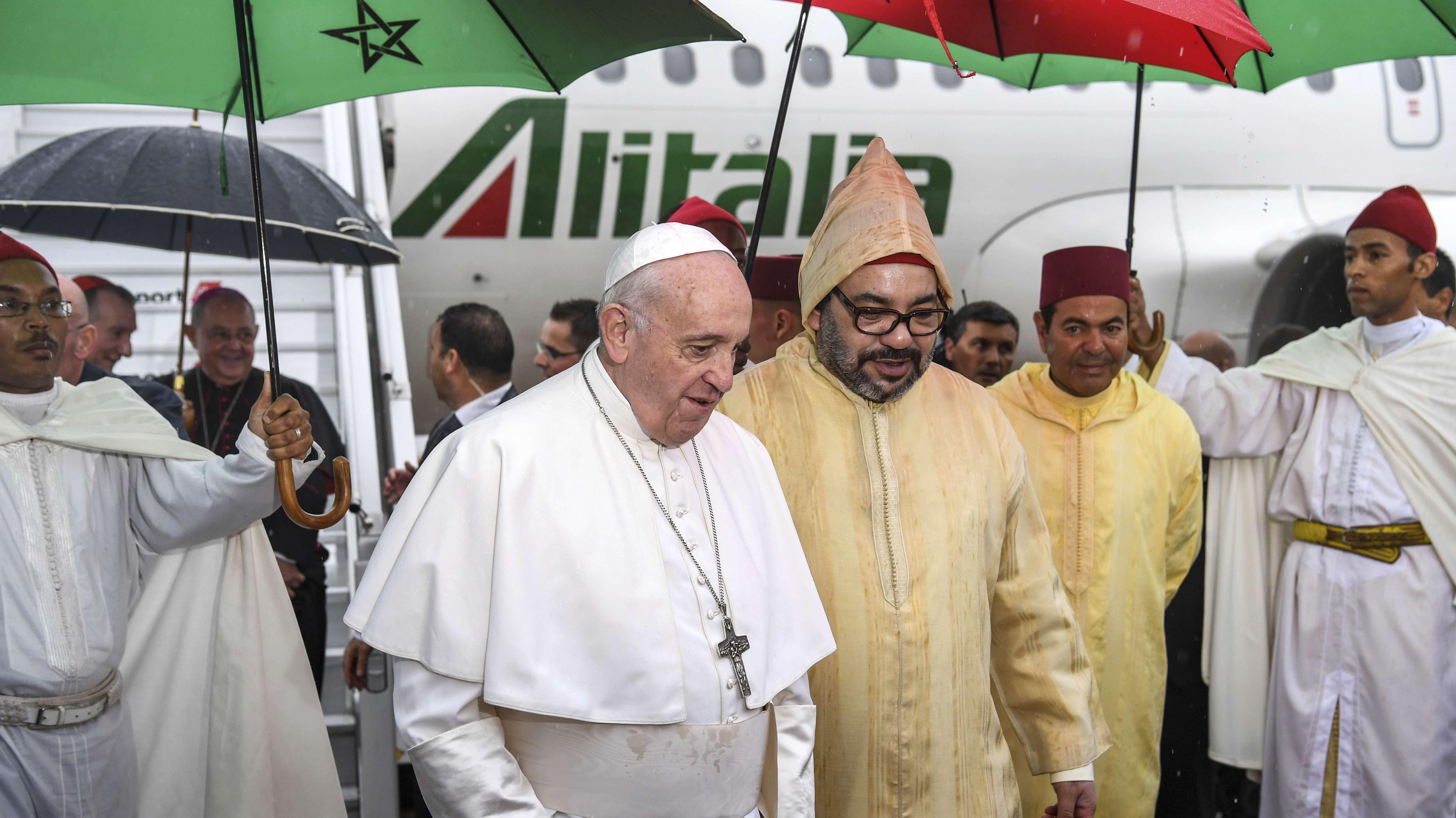 Papst Franziskus wird bei seiner Ankunft in Marokko von König Mohammed IV. begrüßt
