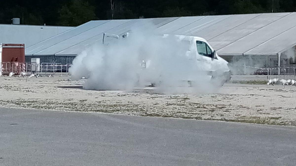 Weißer Rauch tritt aus dem Transporter aus