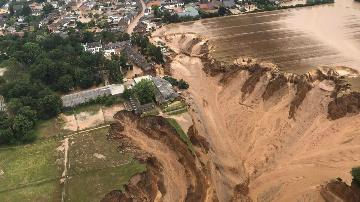 Hochwasser-Zerstörungen in Erftstadt-Blessem: Das Wasser ist in eine Kiesgrube geflossen und führt zu Erosion, die einen ganzen Ort bedroht.