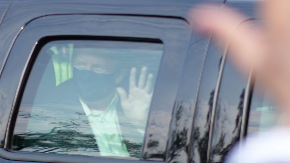 Donald Trump winkt aus Auto