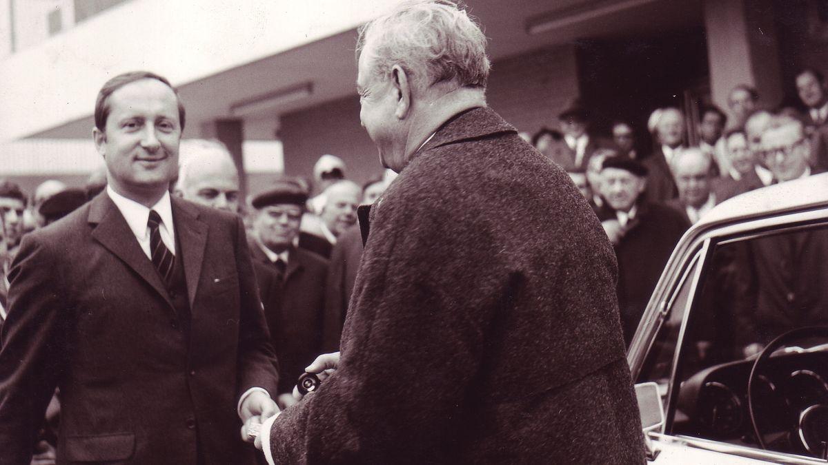 Eberhard von Kuenheim (li.), damals BMW-Vorstandsvorsitzender, am Tag der Grundsteinlegung mit dem damaligen Ministerpräsidenten Alfons Goppel.