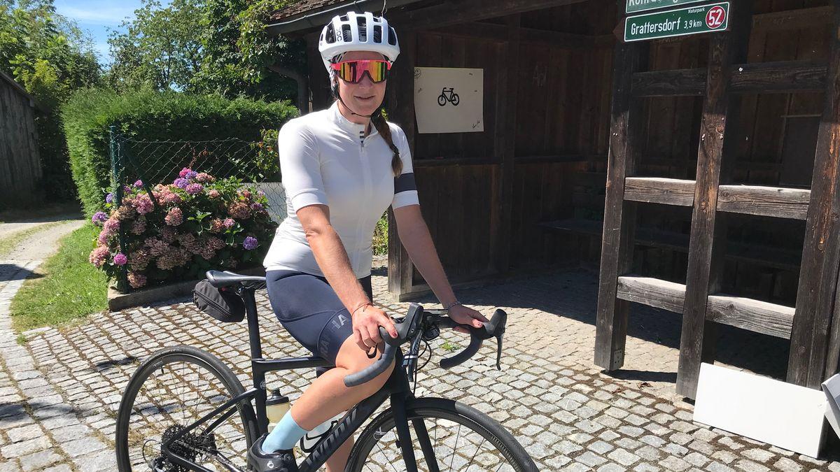 Hobby-Sportlerin Sarah Dwyer auf ihrem Fahrrad.