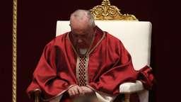 Papst Franziskus bei den Osterfeierlichkeiten | Bild:picture alliance/Isabella Bonotto/MAXPPP/dpa