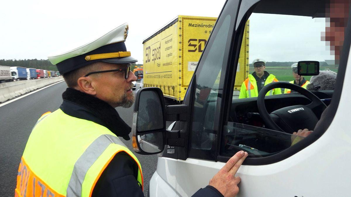 Verkehrspolizist Stefan Pfeiffer konfrontiert einen Autofahrer