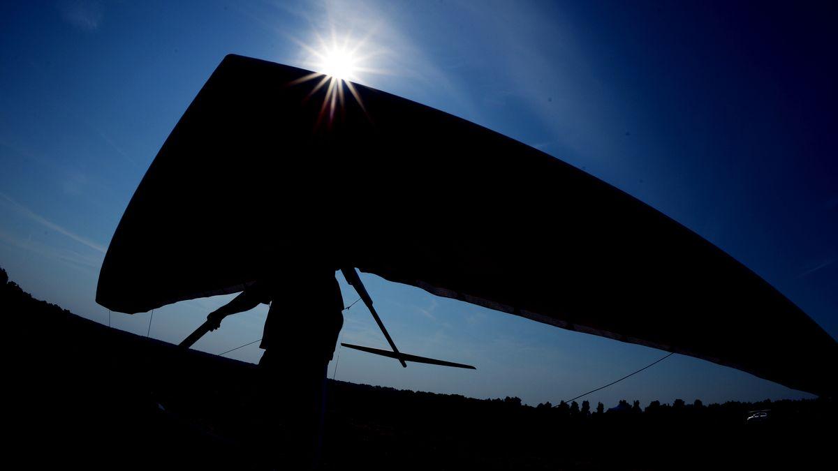 Ein Drachenflieger mit seinem Fluggerät (Symbolbild).
