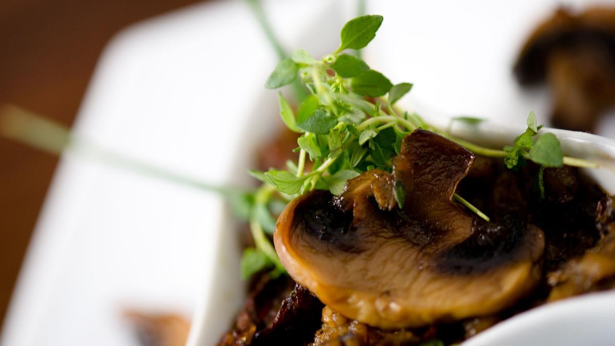 Pilzgericht mit Kräutern auf einem Teller