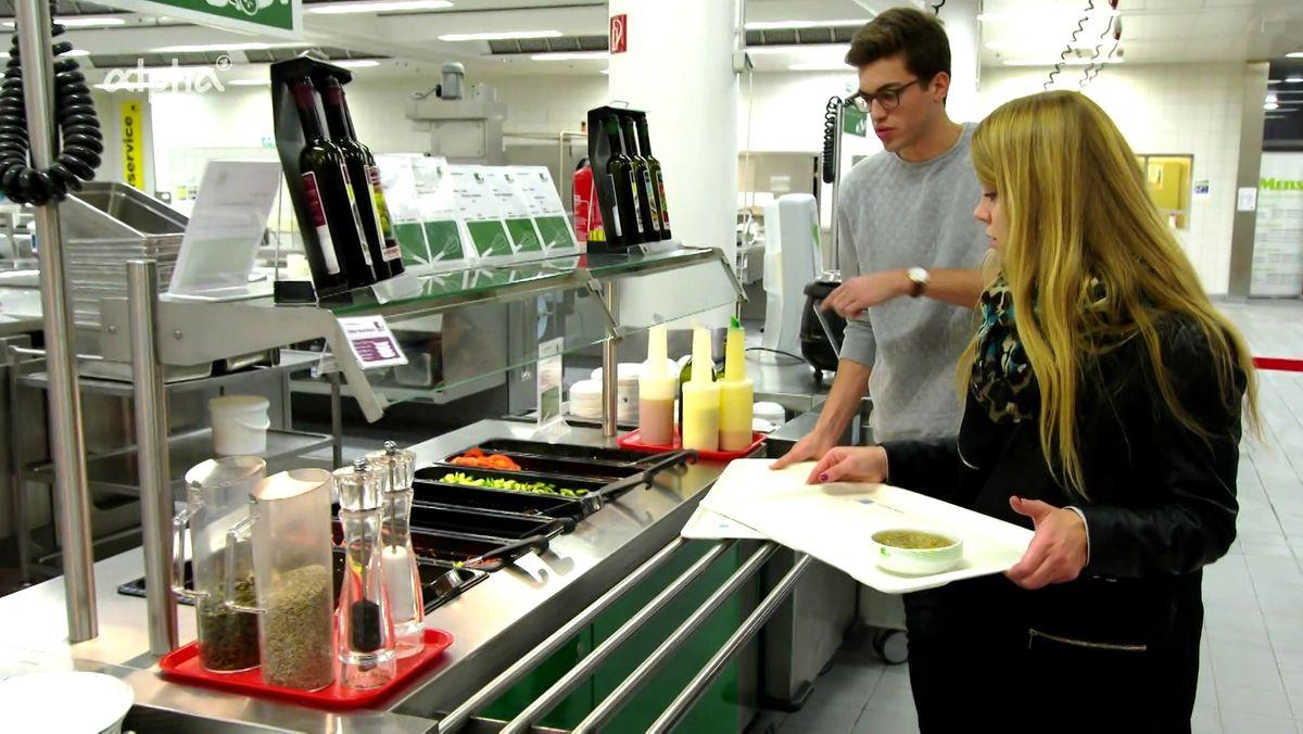 Studenten bedienen sich am Salatbuffet in der Mensa