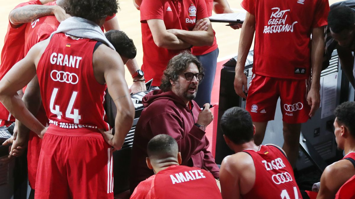 Bayern-Headcoach Andrea Trinchieri in einer Auszeit