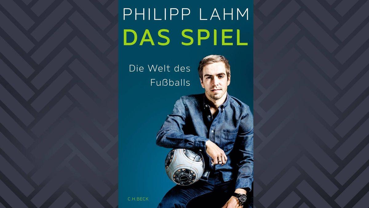 Man sieht den Fußballer Philipp Lahm mit blauem Hemd und in die Kamera  blickend.