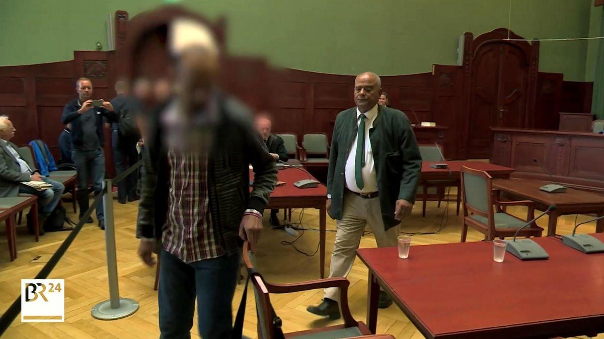 Der Angeklagte betritt den Gerichtssaal