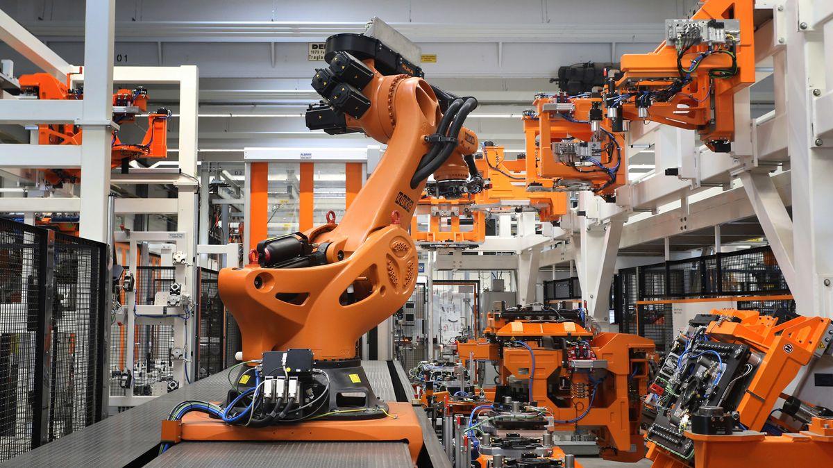 Ein Kuka-Roboter der Serie Titan arbeitet am 22.03.2017 in einer Produktionshalle der Kuka-Zentrale in Augsburg