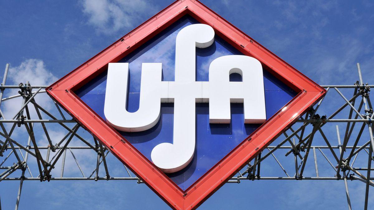 Das Logo der UFA in der Medienstadt Potsdam Babelsberg vor blauem Himmel