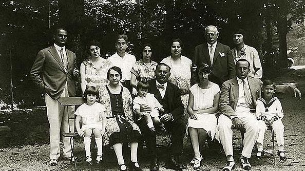 Die Familie Rothschild vor ihrem Ferienhaus in Berchtesgaden. Ganz rechts: Peter Roots, der Vater von Katrina Recker.