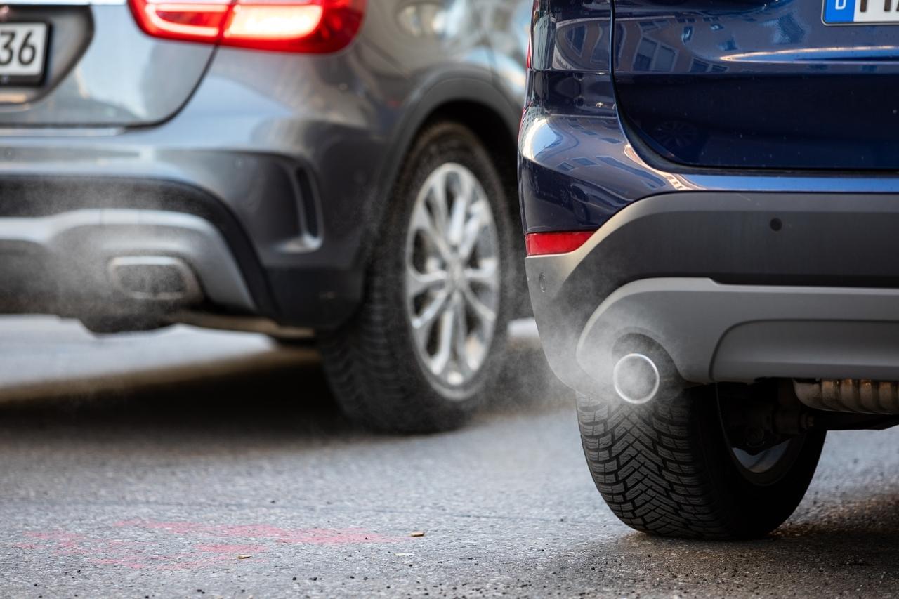 Abgase kommen aus dem Auspuff mehrerer Autos.