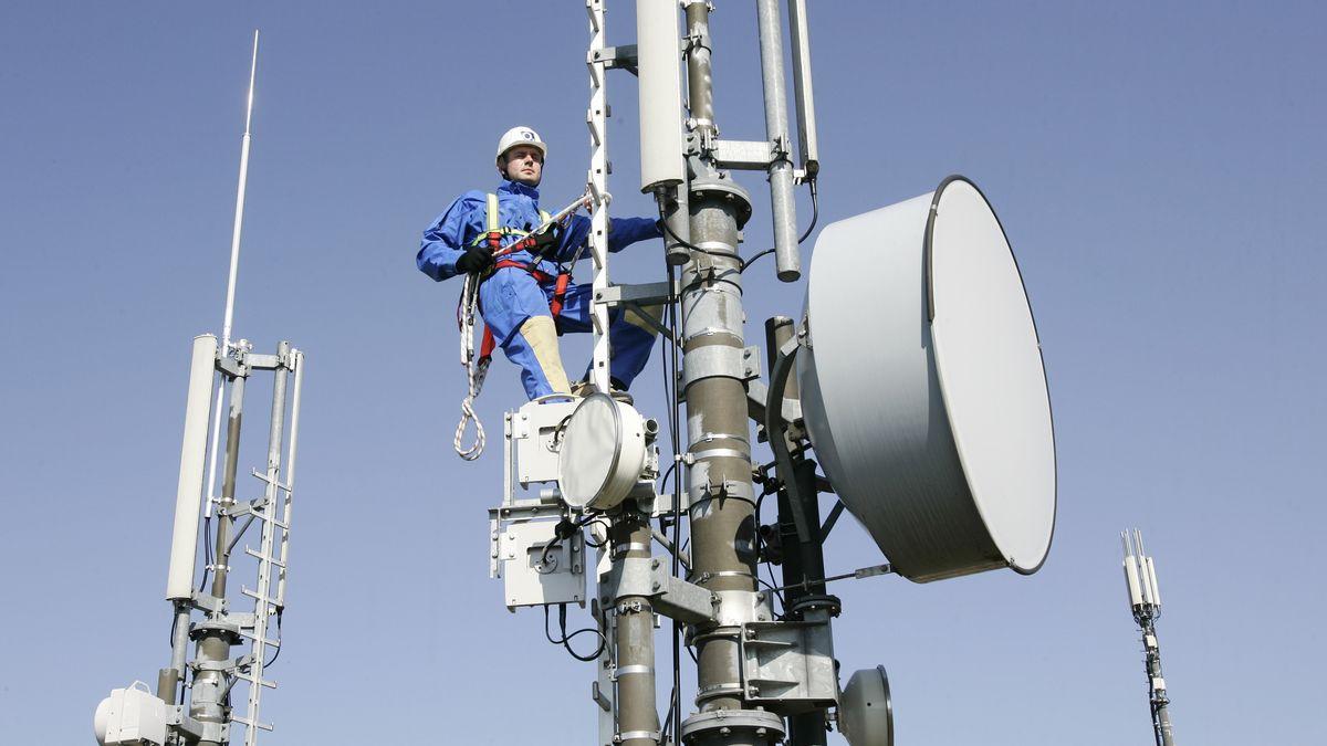 Wartungsarbeiten an einem Mobilfunkmasten (Symbolbild)