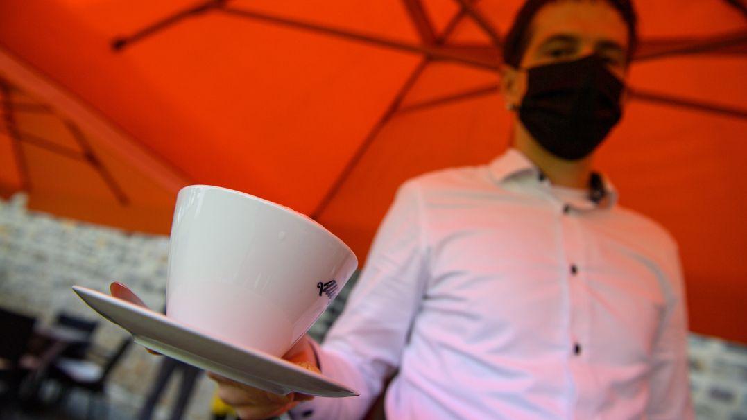 Bedienung mit Maske (Symbolbild)