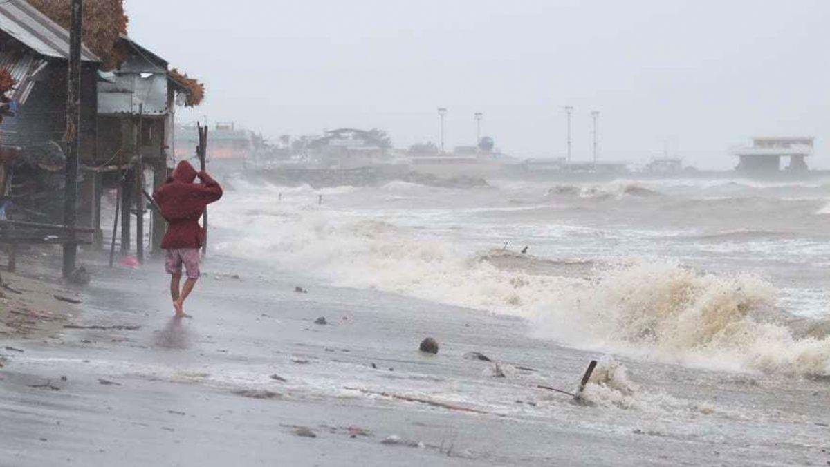 01.11.2020, Philippinen, Sorsogon: Starke Wellen schlagen an der Küste der auf, während ein Taifun auf das Land trifft. Der Taifun «Goni» prallt mit heftigen Winden auf die östlichen Philippinen. Foto: Uncredited/AP/dpa +++ dpa-Bildfunk +++