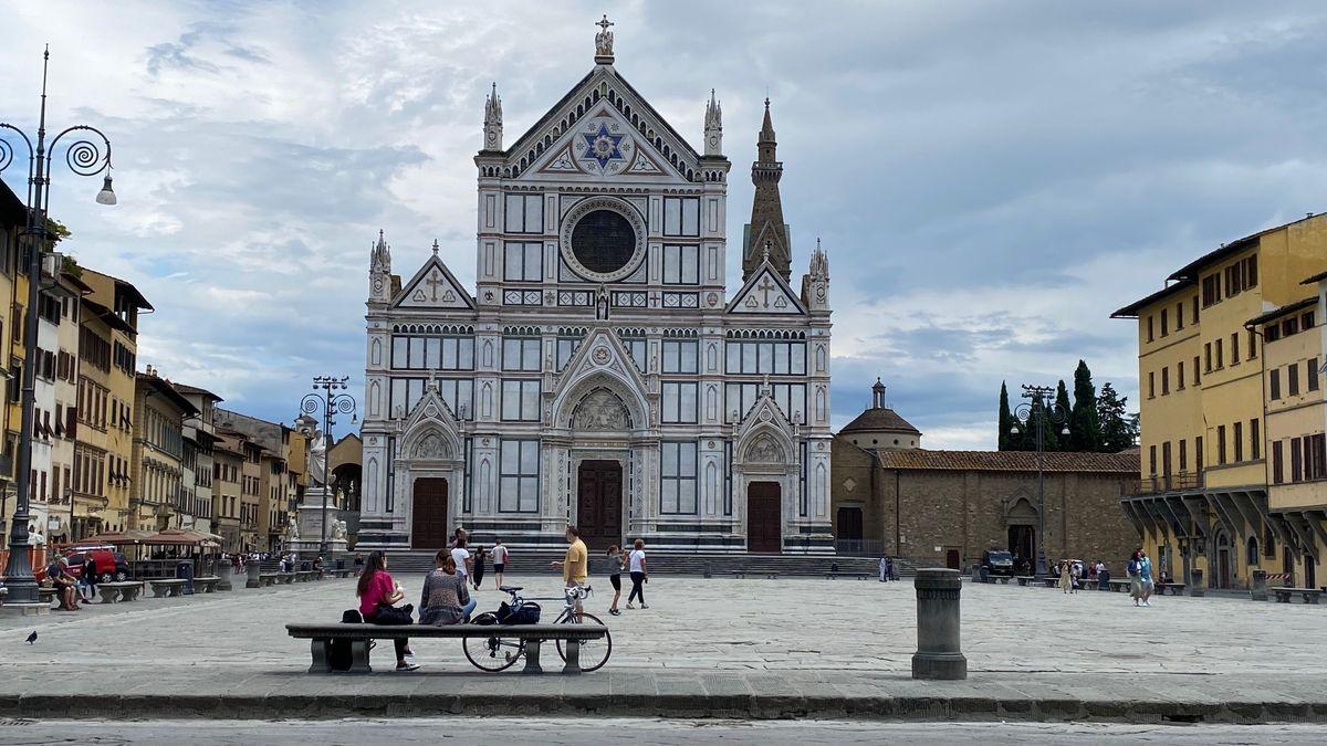 Santa Croce mit geparkten Radl davor