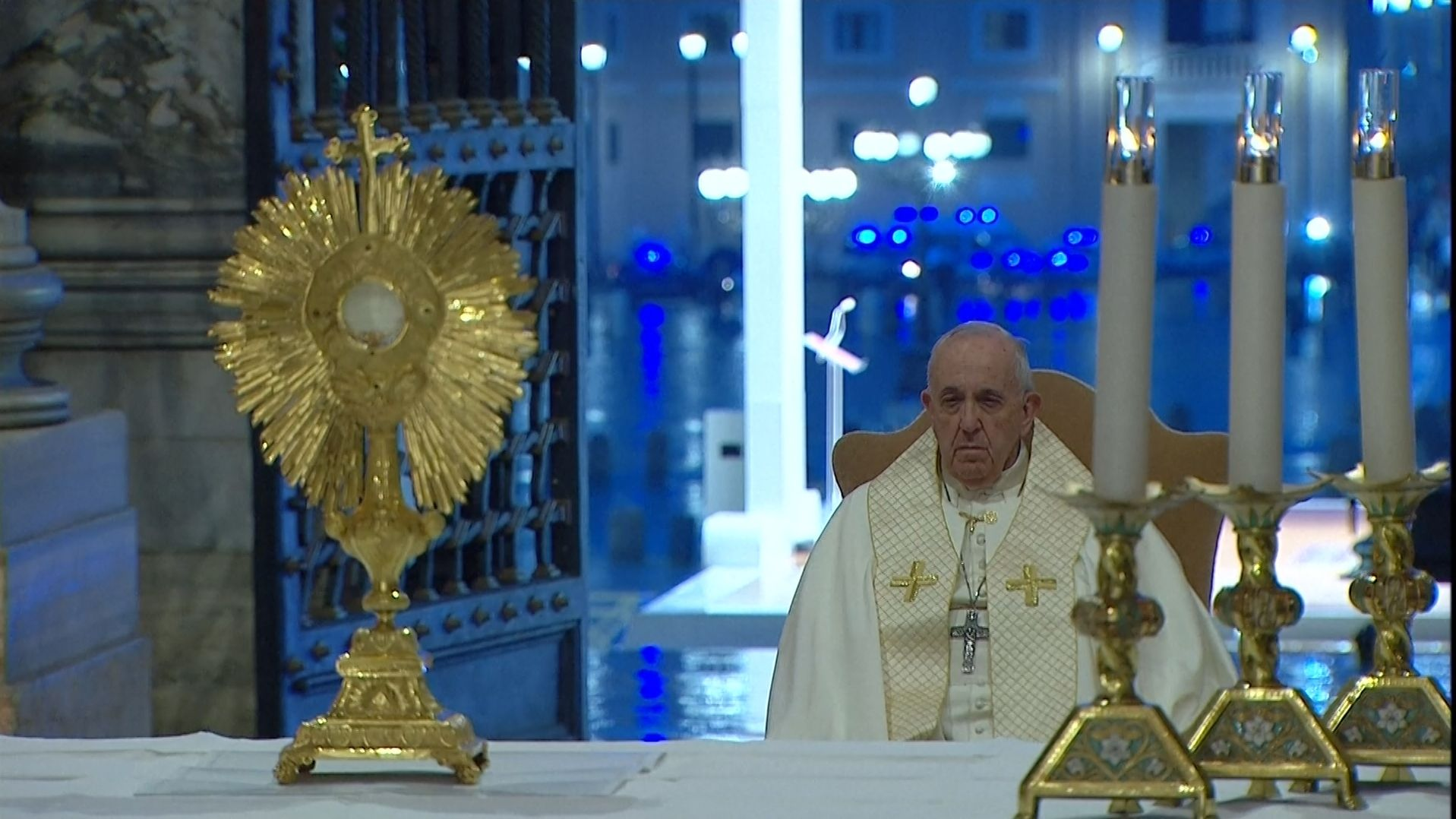 """Papst Franziskus hat am Freitagabend auf dem Petersplatz vor dem Hintergrund der Corona-Pandemie gebetet und auch den Segen """"Urbi et Orbi"""" gespendet."""