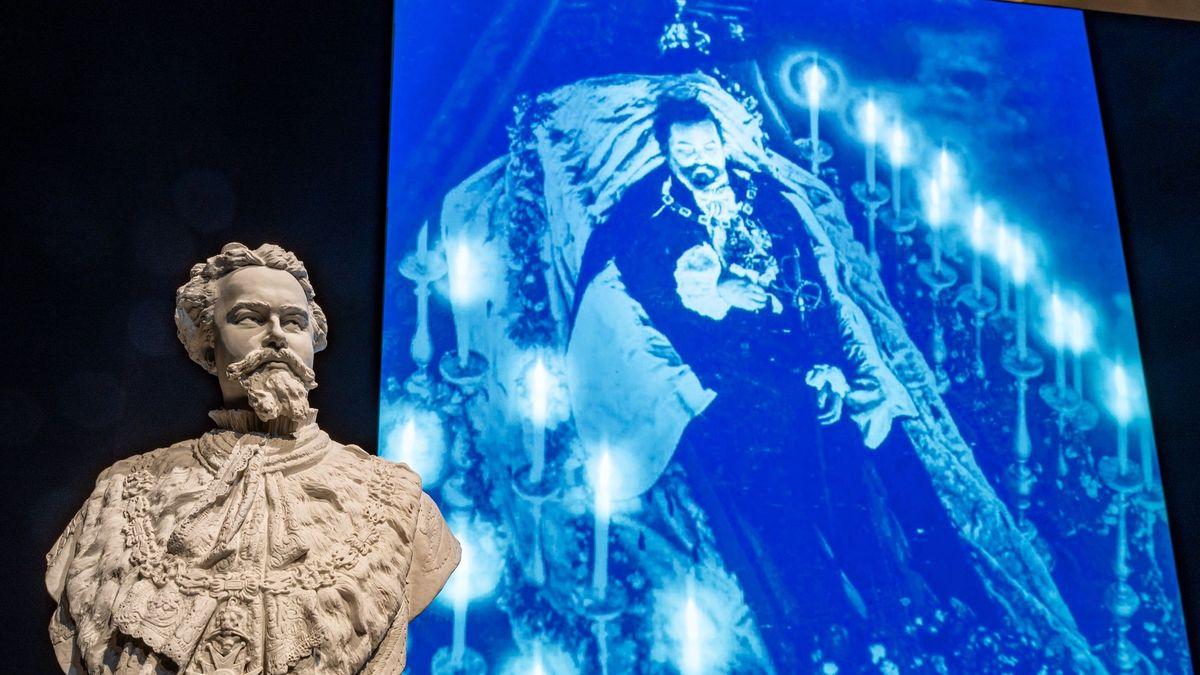 Man sieht eine Büste des Märchenkönigs Ludwig II. und dahinter ein Foto seiner Beisetzung