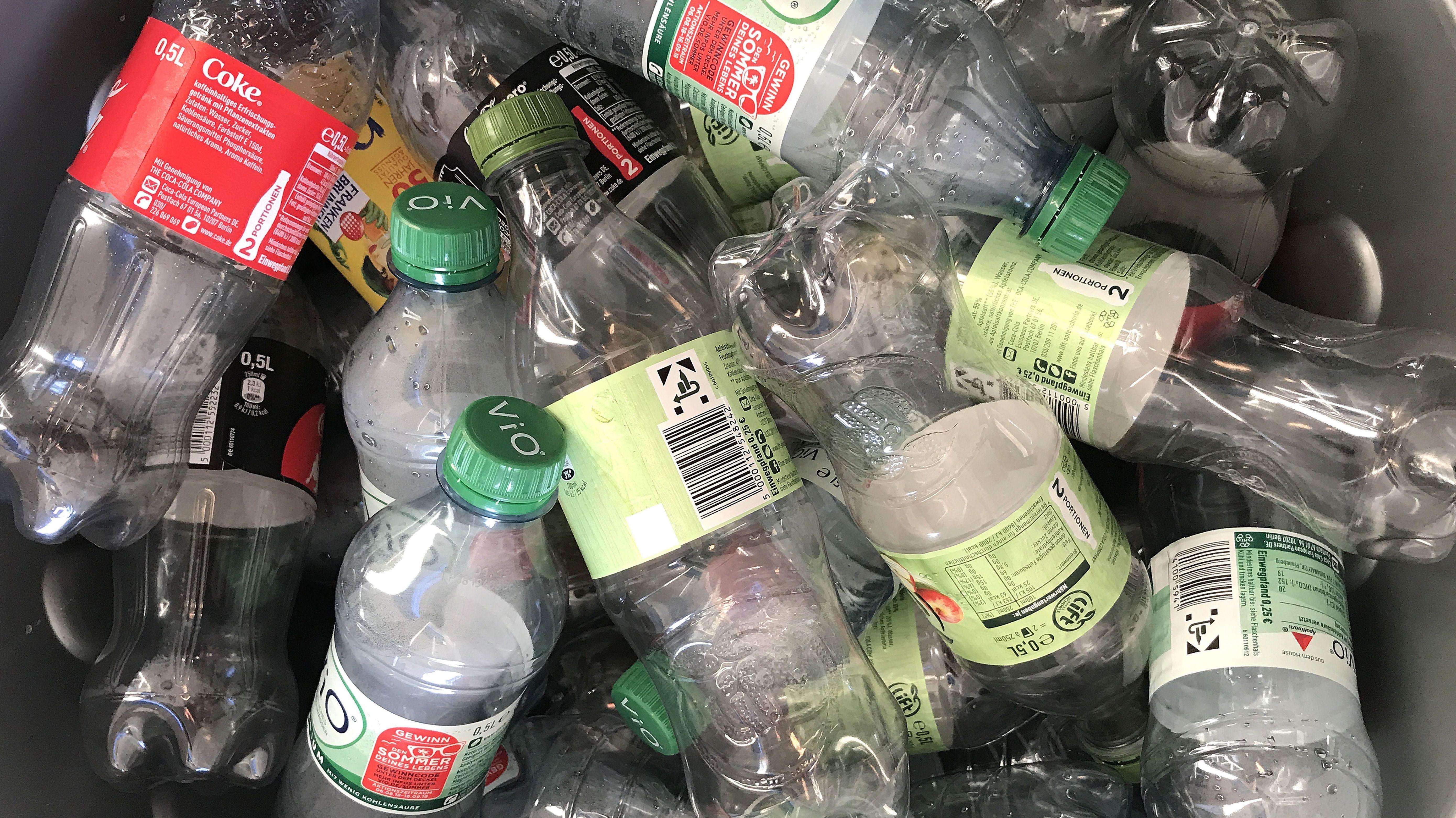 PET-Flaschen in einem Sammelbehälter