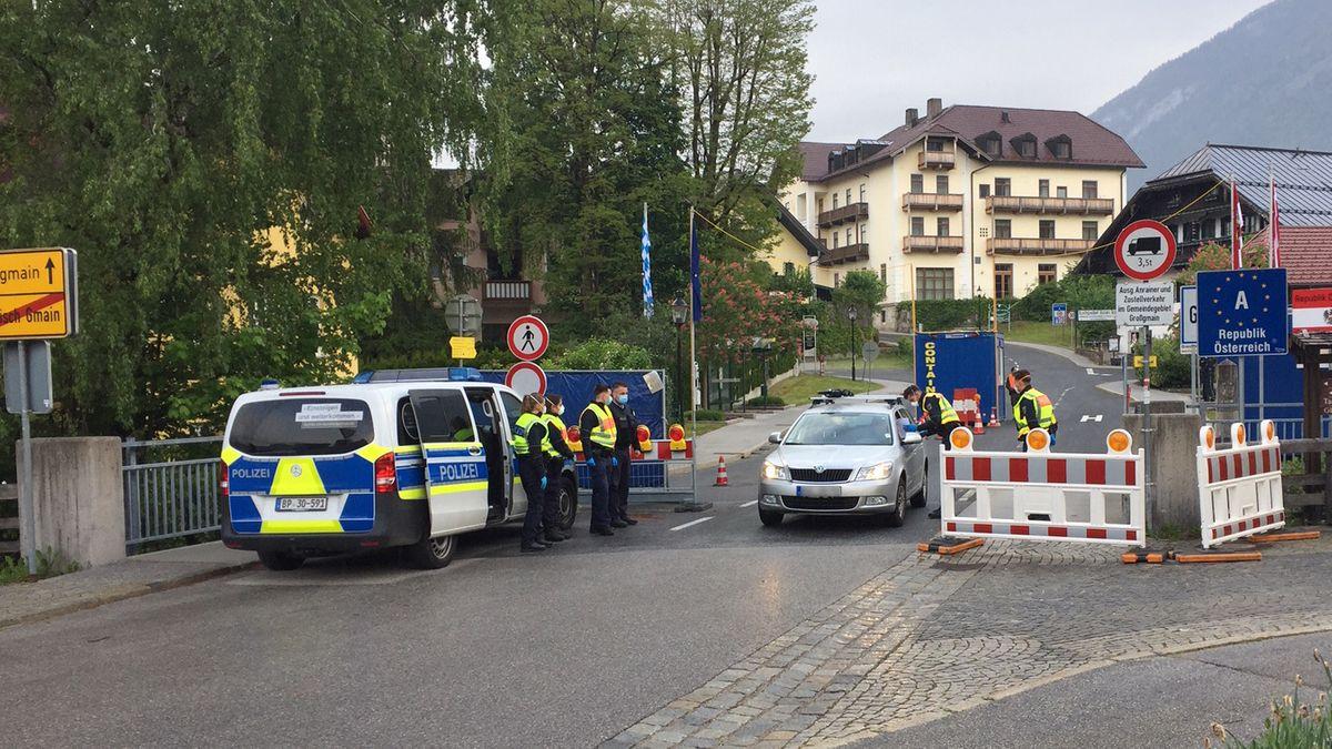 Grenzbeamte kontrollieren Auto am oberbayerisch-österreichischen Grenzübergang in Bayerisch Gmain