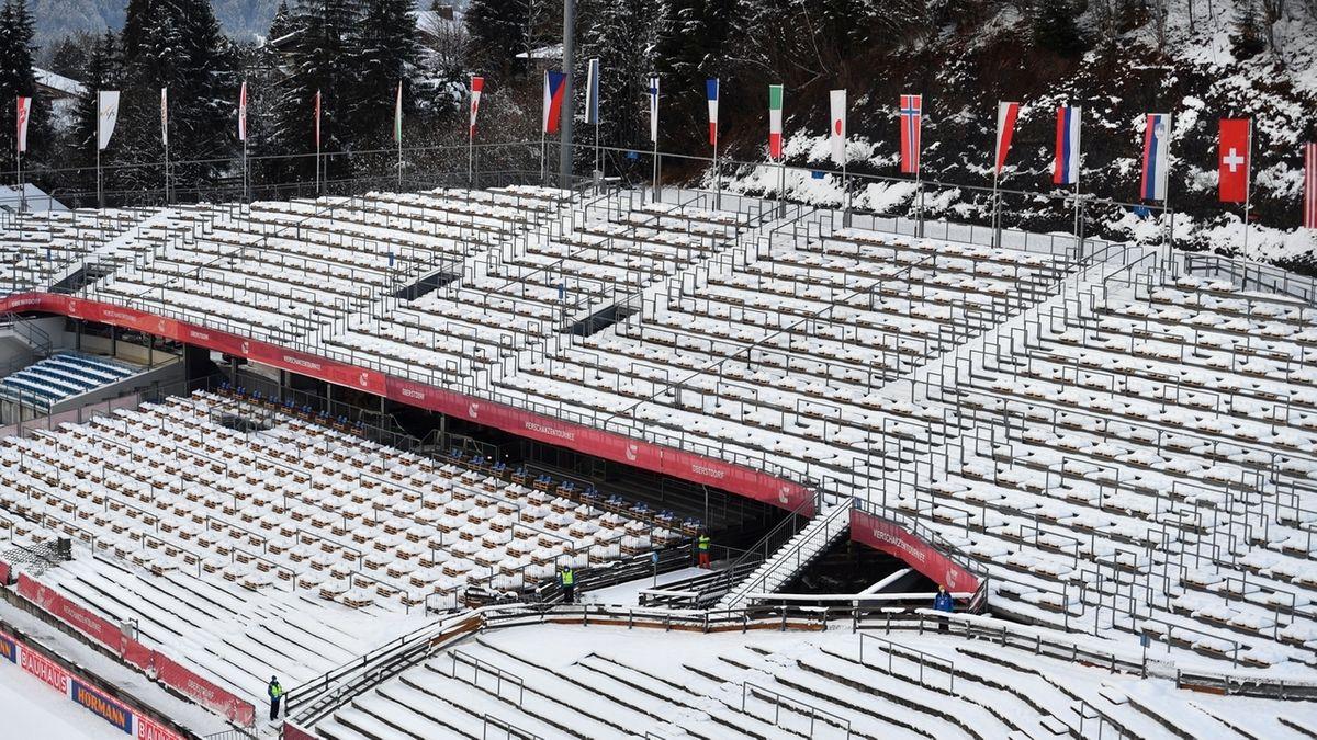 Leere Zuschauerränge im Stadion in Oberstdorf.