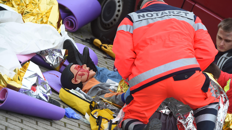 Rettungskräfte üben mit Puppen die Versorgung von Verletzten nach einem Terroranschlag (Symbolbild)