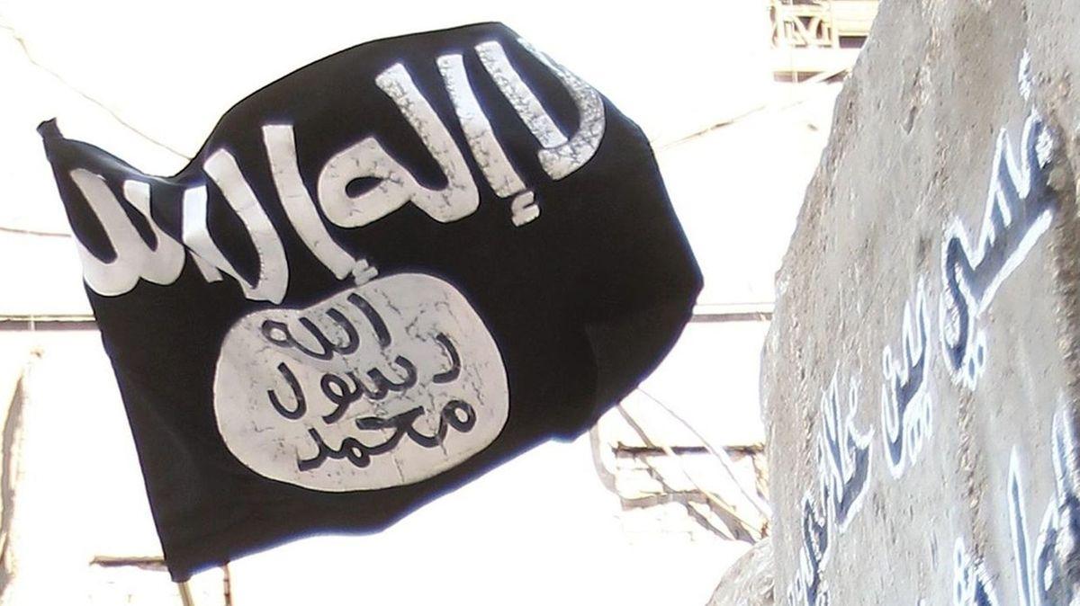 Eine IS-Flagge wird geschwenkt.