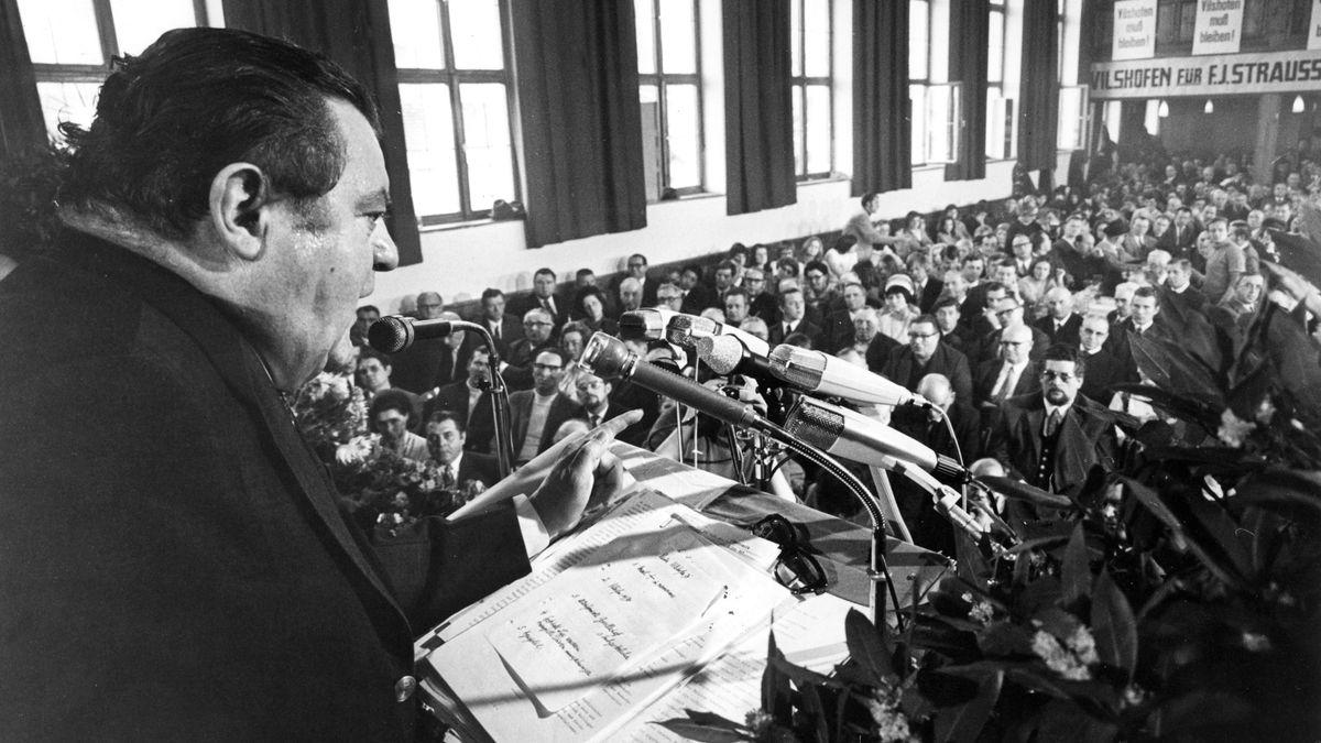 1971: CSU-Chef Franz Josef Strauß beim politischen Aschermittwochs im überfüllten Wolferstetterkeller im niederbayerischen Vilshofen.