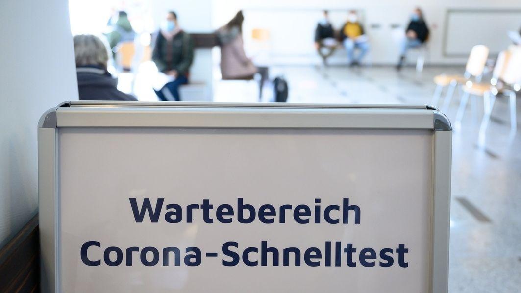 """Ein Schild mit der Aufschrift """"Wartebereich Corona-Schnelltest"""" in einem Corona-Testzentrum (Symbolbild)"""