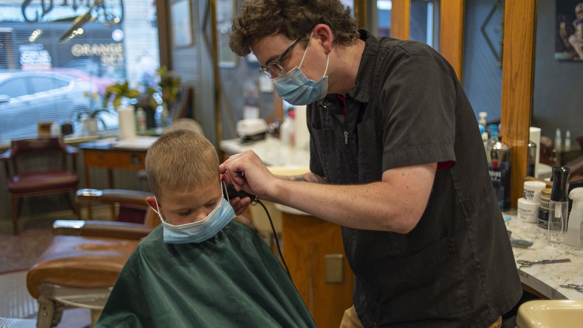 Friseur bei der Arbeit in Corona-Zeiten