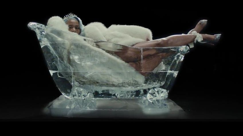 "Kash Doll in ihrem Video ""Ice Me Out"""