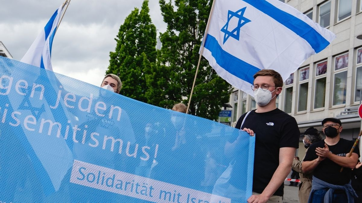 """Constantin Ganß (rechts am Transparent) bei der Kundgebung """"Nein zu Judenhass"""" in Nürnberg"""