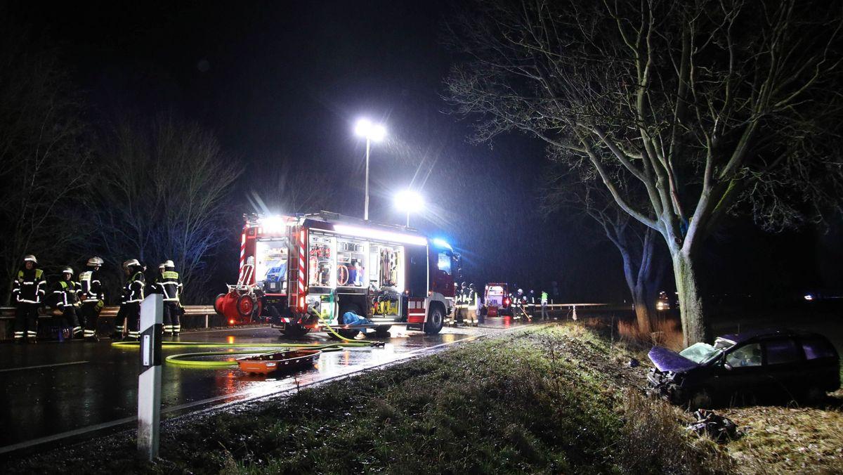 Das Bild zeigt einen Feuerwehreinsatz auf einer Landstraße, von der ein PKW abgekommen ist und einen Unfall hatte.