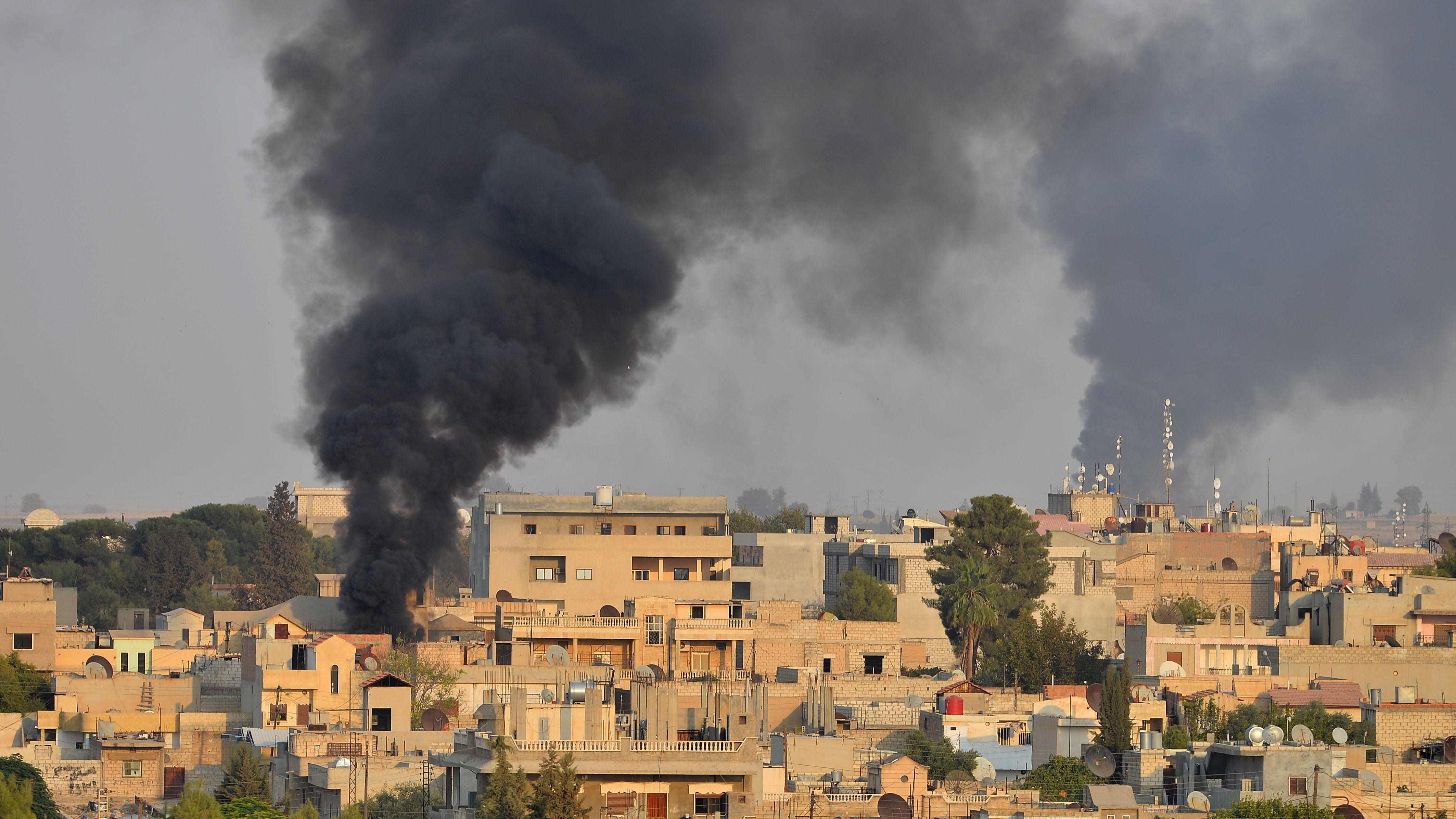 Brennende Gebäude in der nordsyrischen Stadt Ras al-Ain, aufgenommen nach Beginn der türkischen Militäroffensive am 9. Oktober 219