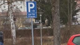 Ausweisung eines Parkplatzes nur für Frauen | Bild:BR/Nadine Cibu