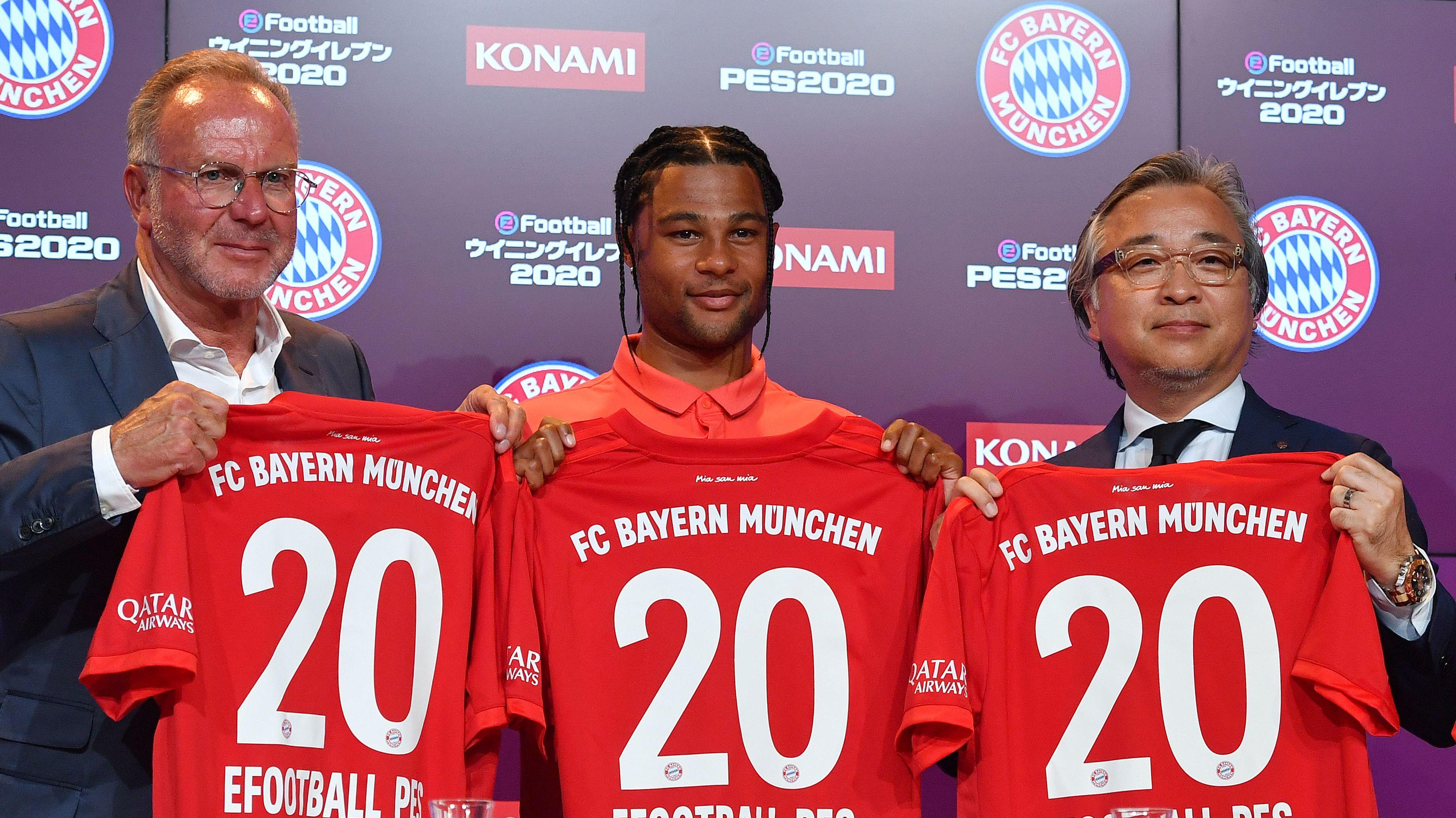 Karl Heinz Rummenigge, Serge Gnabry und Konami-Geschäftsführer Masami Saso (von links)
