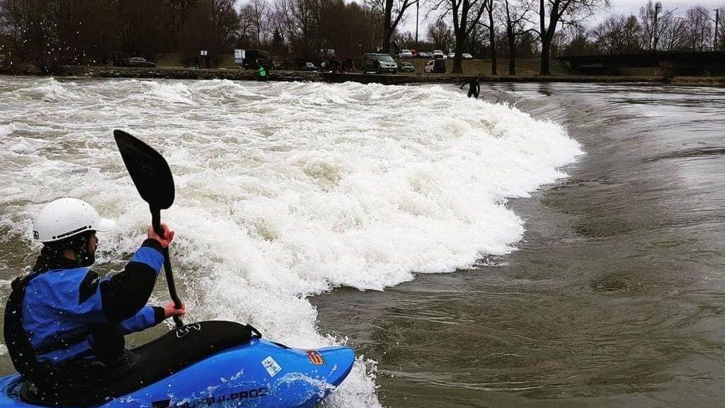 Wassertemperatur bei einem Grad: Kanuten und Kajaker stürzen sich an der Plattlinger Isarwelle dennoch in die eiskalten Fluten.