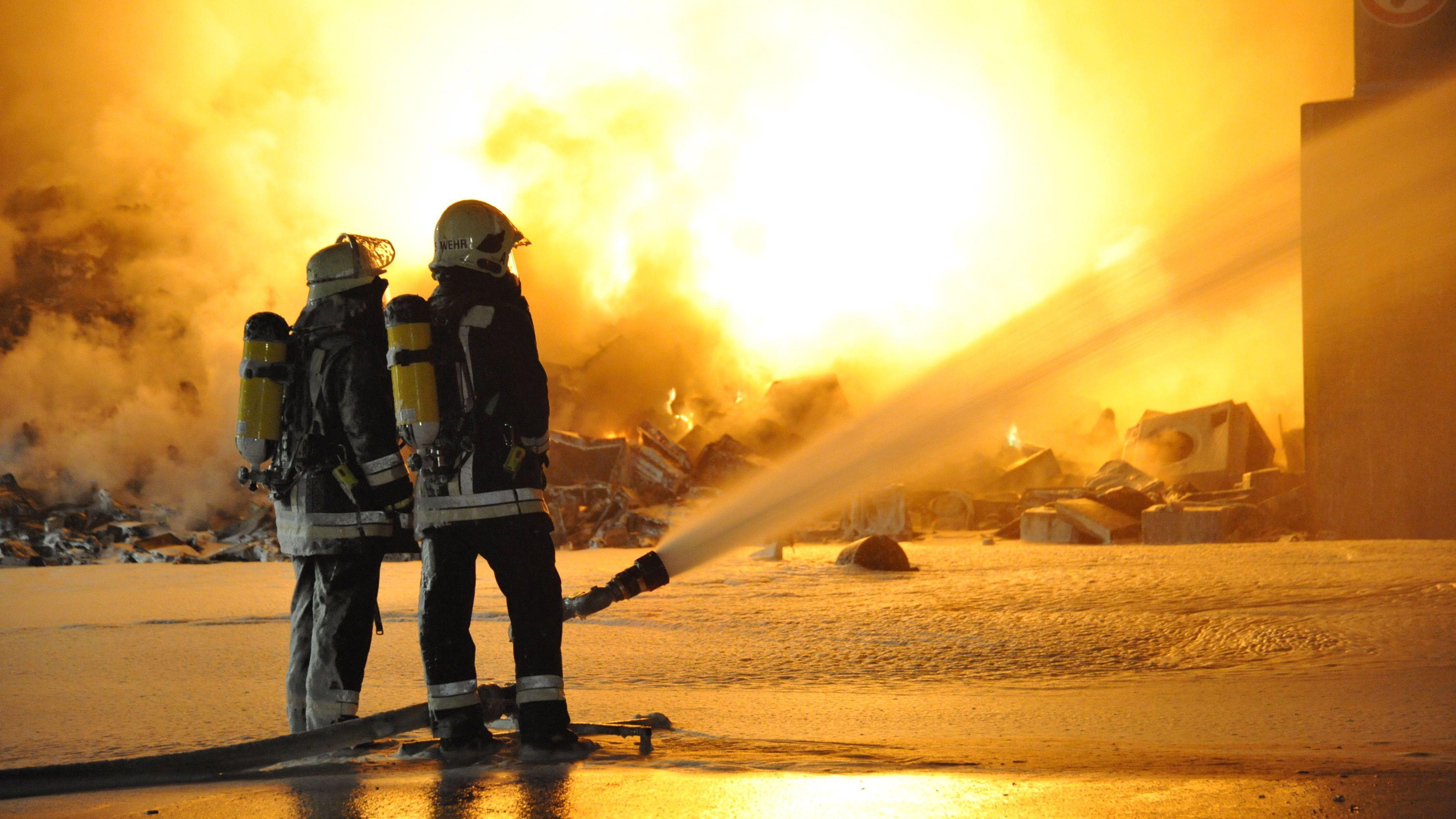 Der Großbrand in Wörth mit einer riesigen Rauchwolke zieht weitere Folgen mit sich: Der Landkreis Dingolfing-Landau könnte auch betroffen sein.