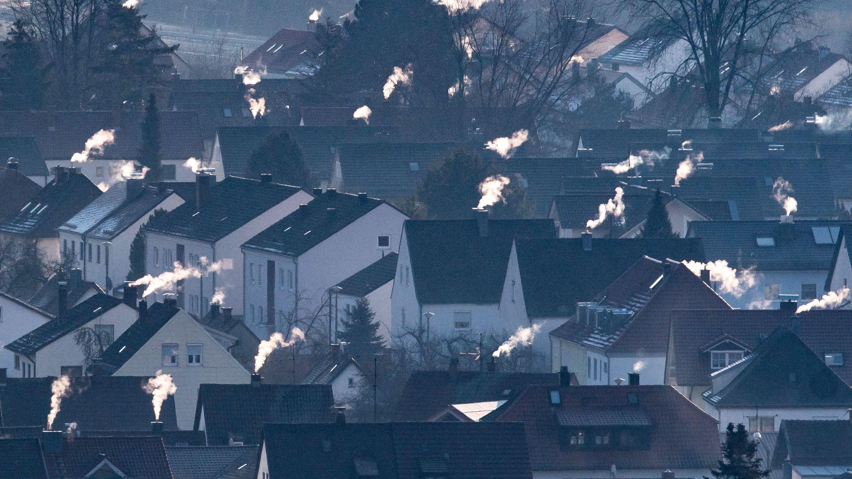 Straubing: Schornsteine rauchen auf den Dächern der Häuser.