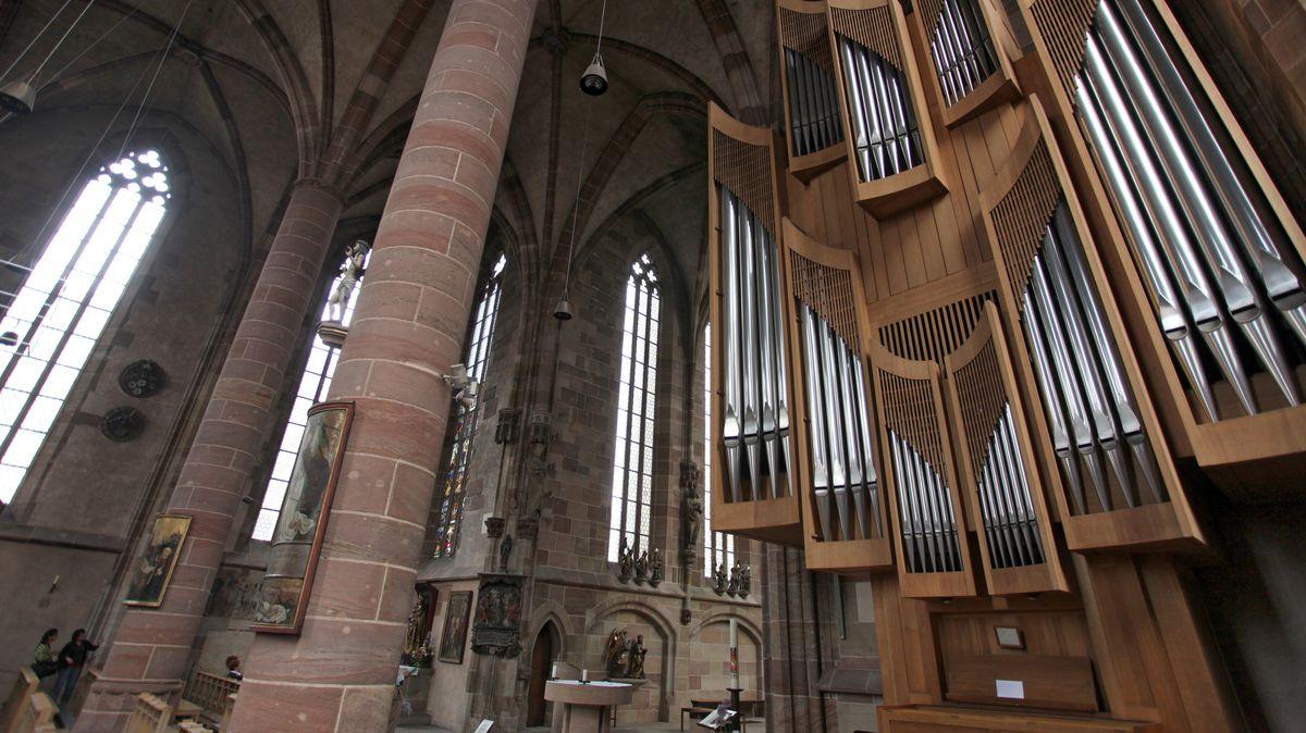 Blick auf die Orgel der Frauenkirche in Nürnberg