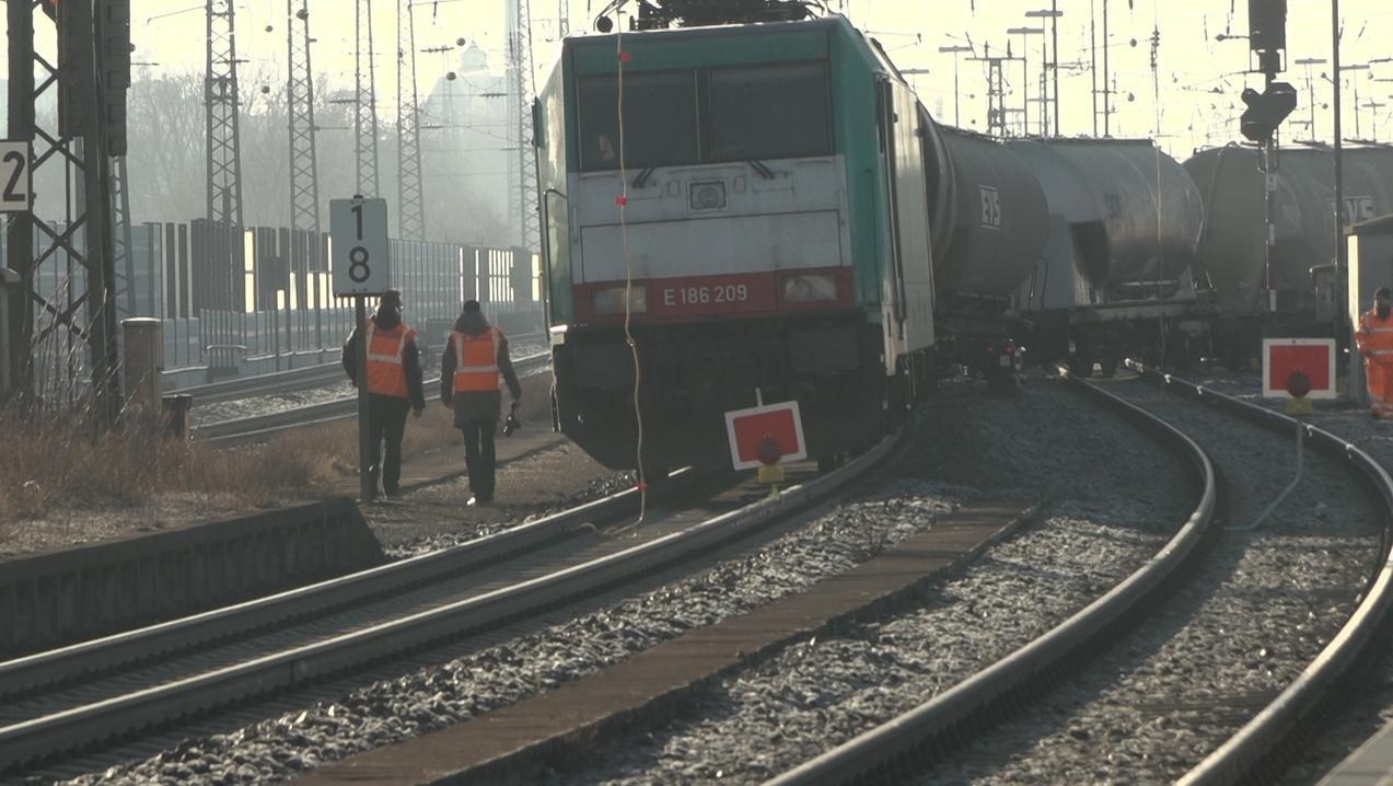 Am Banhof Augsburg-Oberhause blockiert ein entgleister Güterzug die Strecke nach Gersthofen