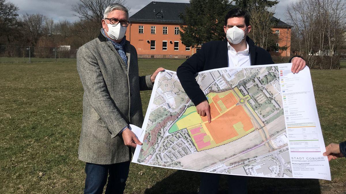 Regiomed-Hauptgeschäftsführer Alexander Schmidtke (links) und Coburgs Oberbürgermeister Dominik Sauerteig (SPD) halten einen Bebauungsplan in Händen.