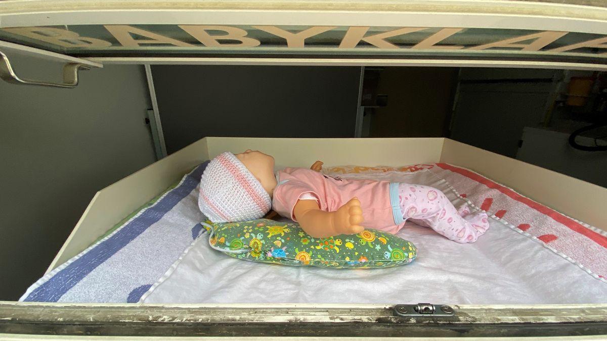 30 Sekunden nachdem das Baby in die Klappe gelegt wurde, erhält das Klinikpersonal einen Alarm.