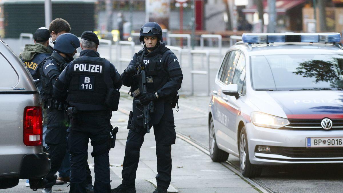 Terrorattacke: Bewaffnete Polizisten stehen Wache nach einem Schusswechsel in Wien.
