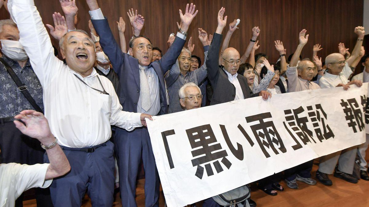 Menschen halten am 29.7.2020 in Hiroshima Transparente hoch, um eine bessere medizinische Versorgung der späten Atombombenopfer zu fordern.
