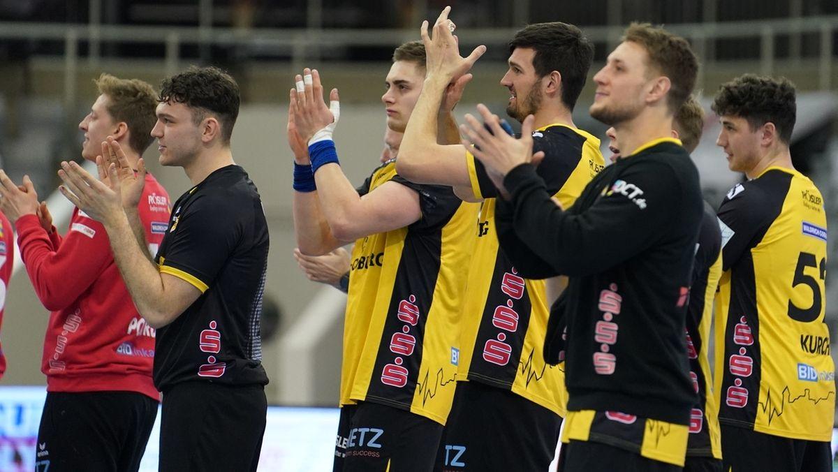 Spieler des HSC 2000 Coburg applaudieren.