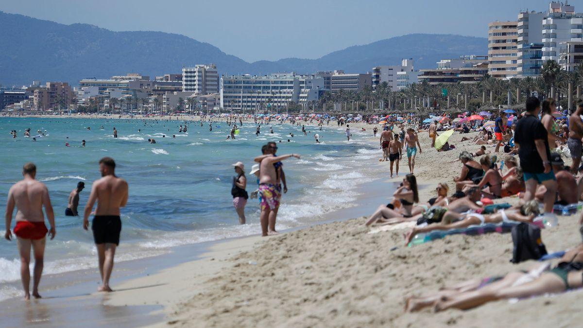 Touristen halten sich am Strand von Arenal in Palma de Mallorca auf.