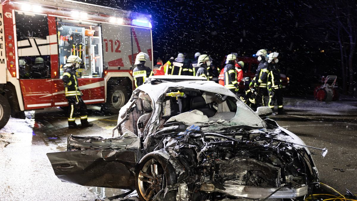 Feuerwehrkräfte stehen an der Unfallstelle in Monheim.